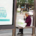 等车的老奶奶