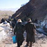 下山的路上,遇到前面两个相互搀扶的老人。瞬间三冬暖!